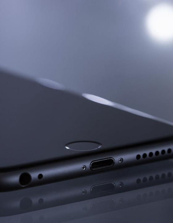 Trådløs oplader til iPhone eller opladning med kabel – hvad bør man vælge?