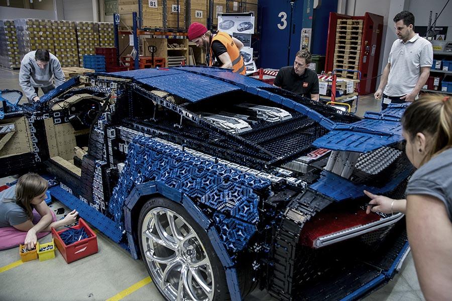 Lego bugatti bil bygges