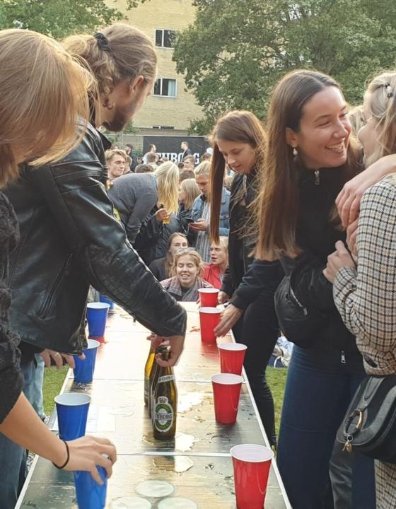 Gør festerne sjovere med et Beer Pong bord og andet udstyr til underholdningen